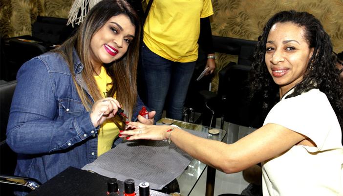 Manicura por um dia: Preta Gil homenageia classe em lojas e salões no Rio de Janeiro