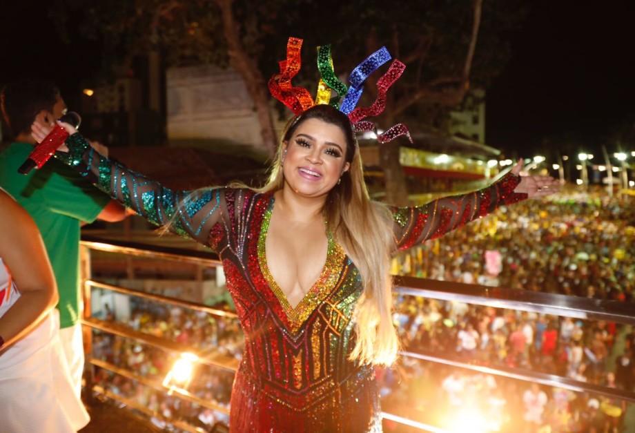 Preta Gil arrasta milhares de pessoas na pipoca do Carnaval de Salvador